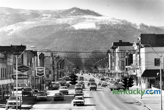 Downtown Middlesboro, looking west down Cumberland Avenue at the intersection of 19th Street, Jan. 18, 1983. The town is located in Bell County, near the Cumberland Gap in the southeastern part of Kentucky, near where Tennesse, Kentucky and Virginia meet. Photo by Charles Bertram | staff